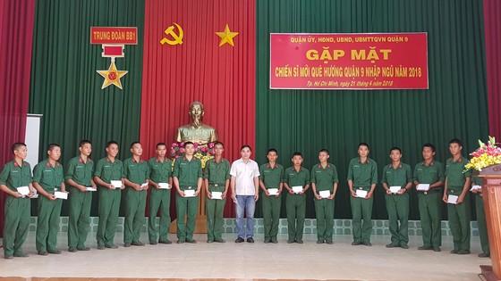 Lãnh đạo Quận 9 thăm, tặng quà 80 chiến sĩ nhập ngũ năm 2018 ảnh 1