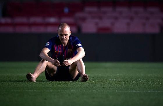 Iniesta ngồi một mình ở SVĐ Nou Camp lúc 1 giờ sáng