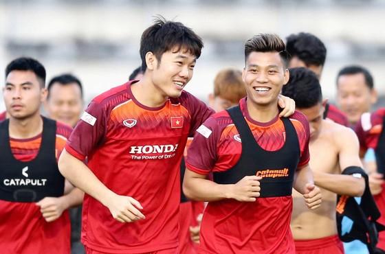 Các tuyển thủ Việt Nam rạng rỡ trên đất Thái Lan. Ảnh: DŨNG PHƯƠNG