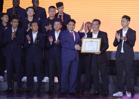 Hà Nội FC dành tặng chức vô địch cho người hâm mộ, đón nhận Huân chương lao động hạng Ba ảnh 1