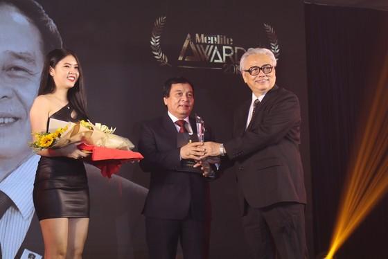 Hiệu trưởng Trường ĐH Nguyễn Tất Thành được vinh danh tại Lễ trao giải Men&life Awards ảnh 1