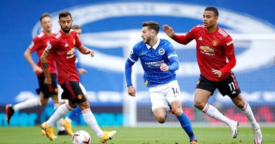 Các cầu thủ Brighton (giữa) từng chơi rất hay ở trận lượt đi dù thua Man.United 2-3