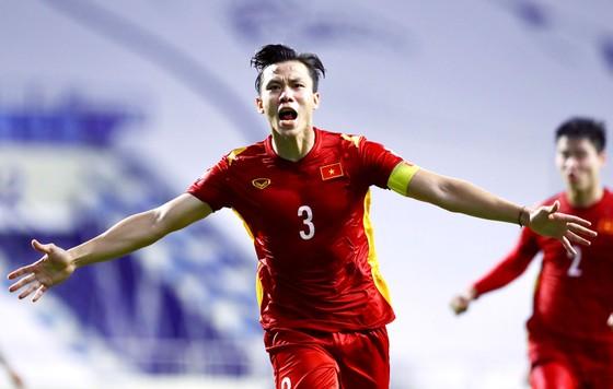 Đội trưởng Quế Ngọc Hải vui mừng  sau khi ấn định chiến thắng 2-1 cho Việt Nam. Ảnh: KHƯƠNG DUY
