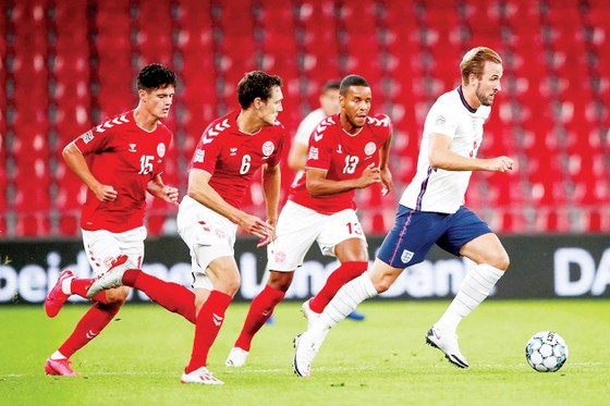 Các cầu thủ Đan Mạch sẽ không để Harry Kane (phải) và tuyển Anh thoải mái chơi bóng tại Wembley