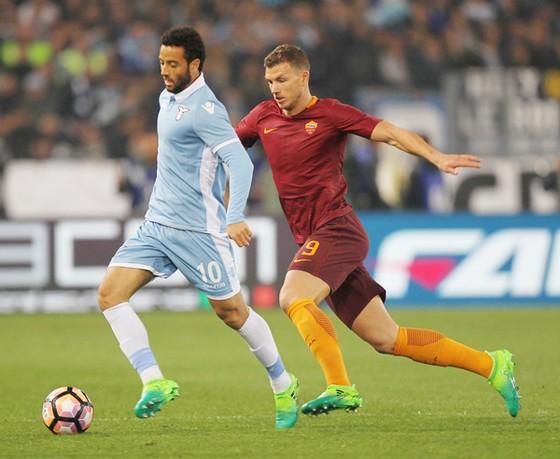 Felipe Anderson (trái, Lazio) đi bóng trước Edin Dzeko (Roma)