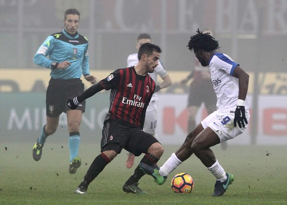 Suso (AC Milan) đi bóng qua Franck Kessie (Atalanta)