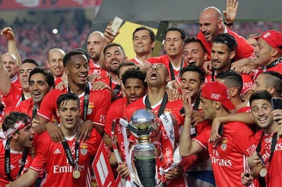 Benfica nâng cao cúp vô địch lần thứ tư liên tiếp