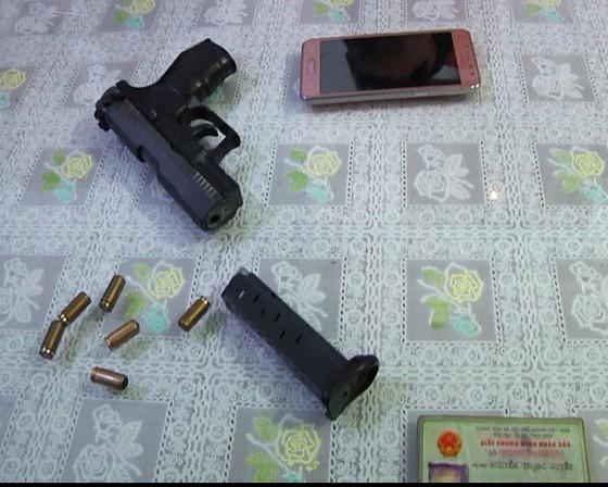 Bắt một bảo vệ ngân hàng dùng súng để giải quyết mâu thuẫn ảnh 2