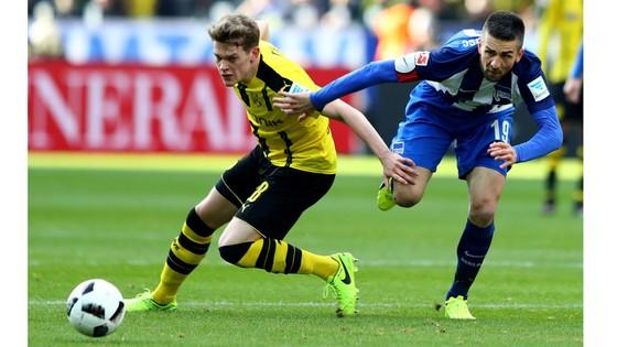 Với lợi thế sân nhà, Dortmund (trái) sẽ không bỏ qua cơ hội giành trọn 3 điểm trước Hertha Berlin .