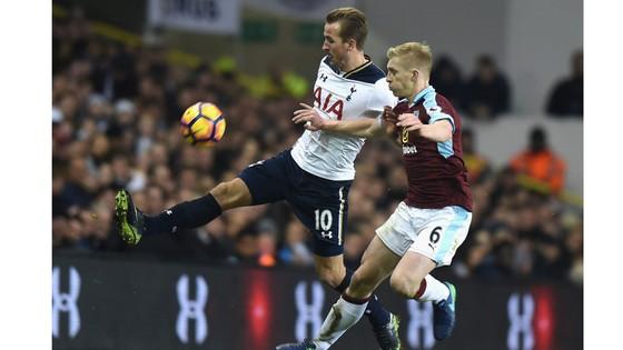 Tottenham (trái) đang đi tìm chiến thắng đầu tiên trên sân nhà ở mùa giải này.