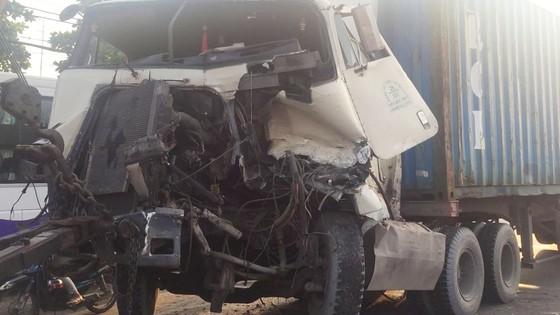Va chạm liên hoàn với xe Container, hai vợ chồng thoát chết  ảnh 2