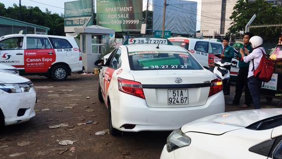 Vụ dán biểu ngữ: Chủ tịch Hiệp hội Taxi nói do tài xế tự phát, còn tài xế nói gì? ảnh 4