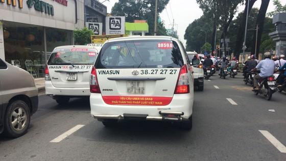 Vụ dán biểu ngữ: Chủ tịch Hiệp hội Taxi nói do tài xế tự phát, còn tài xế nói gì? ảnh 2