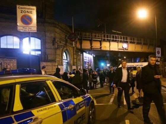 Tấn công bằng dao bên ngoài ga tàu tại Anh, 3 người thương vong ảnh 1