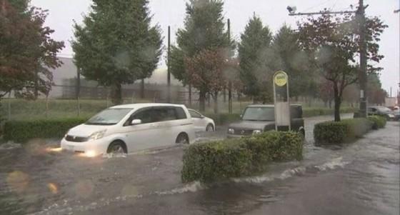 Bão Lan đổ bộ vào Nhật Bản, hàng nghìn người được yêu cầu sơ tán ảnh 6