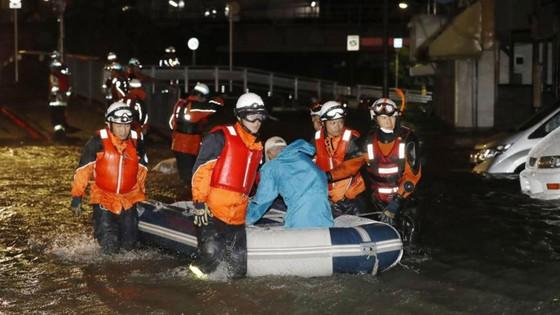 Bão Lan đổ bộ vào Nhật Bản, hàng nghìn người được yêu cầu sơ tán ảnh 1