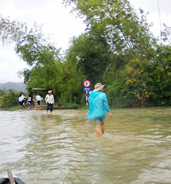 Phú Yên: Nước ngập sâu, nhiều vùng người dân phải bơi sõng câu ảnh 3