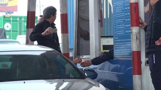 Tài xế lại dùng tiền lẻ mua vé qua trạm BOT Quốc lộ 5 ảnh 1