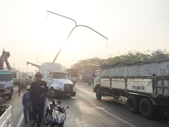 VIDEO: Xe container húc gãy cột đèn chiếu sáng, quốc lộ 1 ùn ứ kéo dài ảnh 2