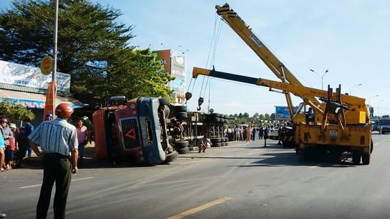 VIDEO: Container lật giữa đường, đè chết một người ảnh 2