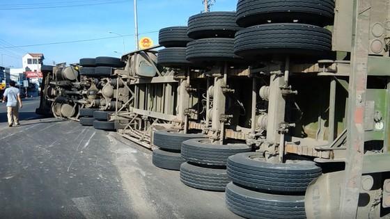 VIDEO: Container lật giữa đường, đè chết một người ảnh 1