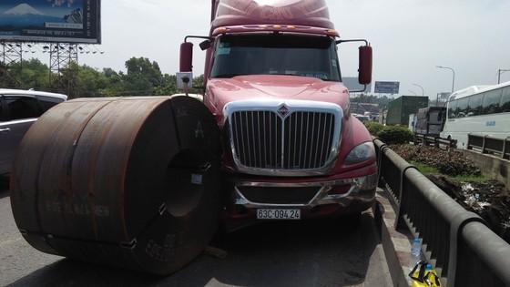 Cuộn sắt gần 20 tấn rơi khỏi xe đầu kéo, nhiều người đi đường hoảng sợ ảnh 1