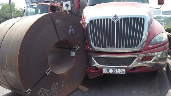 Cuộn sắt gần 20 tấn rơi khỏi xe đầu kéo, nhiều người đi đường hoảng sợ ảnh 2