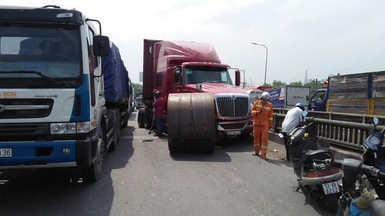 Cuộn sắt gần 20 tấn rơi khỏi xe đầu kéo, nhiều người đi đường hoảng sợ ảnh 3
