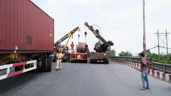 Cuộn sắt gần 20 tấn rơi khỏi xe đầu kéo, nhiều người đi đường hoảng sợ ảnh 4