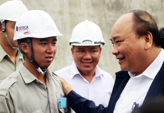 Thủ tướng Nguyễn Xuân Phúc thăm, chúc tết công nhân thi công hầm đường bộ qua đèo Cả ảnh 1