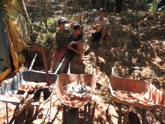 """Kon Tum: Phát hiện hầm vàng """"khủng"""" trong vườn chanh dây ảnh 2"""