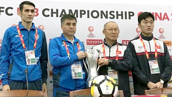 HLV Park Hang-seo (thứ 2, từ phải sang trái) và HLV Khaydarov cùng đội trưởng 2 đội trong buổi họp báo trước trận chung kết. Ảnh: ANH TRẦN