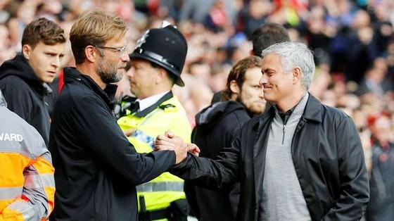 Jose Mourinho (phải) và Jurgen Klopp trước cuộc đối đầu căng thẳng. Ảnh: Getty Images
