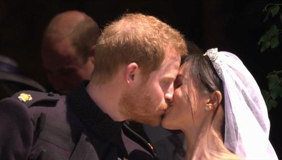 Hoàng tử Harry và Meghan Markle chính thức là vợ chồng ảnh 11