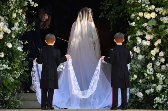 Hoàng tử Harry và Meghan Markle chính thức là vợ chồng ảnh 29