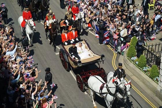 Hoàng tử Harry và Meghan Markle chính thức là vợ chồng ảnh 7
