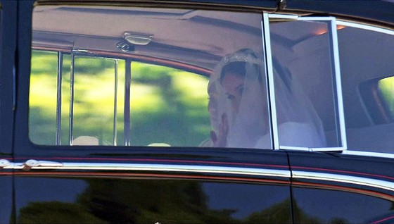 Hoàng tử Harry và Meghan Markle chính thức là vợ chồng ảnh 36