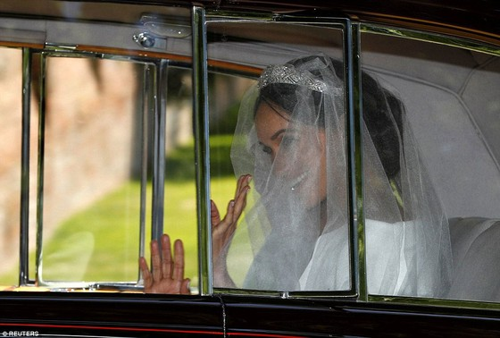 Hoàng tử Harry và Meghan Markle chính thức là vợ chồng ảnh 35