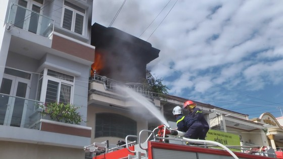 Cháy nhà 3 tầng ở trung tâm TP Phan Thiết, 4 người thoát nạn ảnh 2