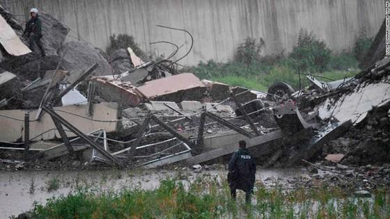 Lực lượng cứu hộ tìm kiếm người sống sót trong đêm trong vụ sập cầu cạn tại Italy ảnh 7