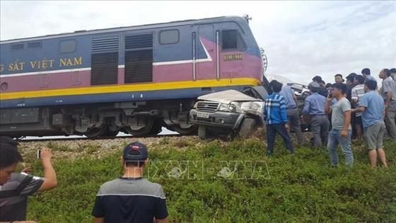 Va chạm với tàu hỏa, 4 người trên ôtô 7 chỗ thương vong ảnh 1