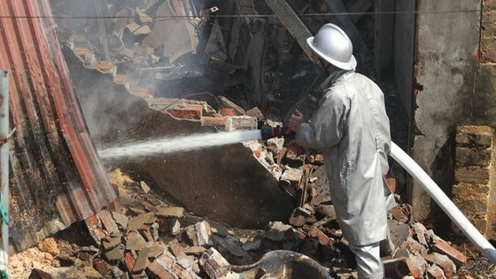 Cháy lớn thiêu rụi xưởng gỗ gần 400m² ở làng nghề Lũng Kênh ảnh 2