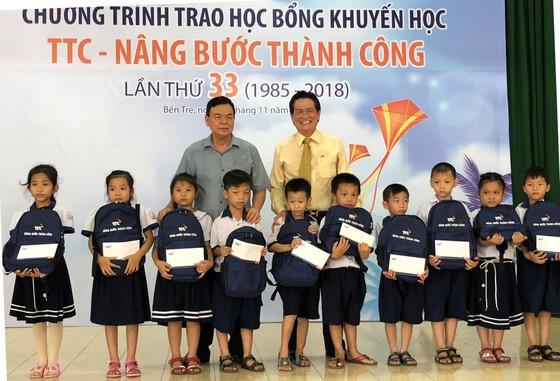 Trao 700 triệu đồng cho 520 sinh viên, học sinh tại Bến Tre ảnh 1