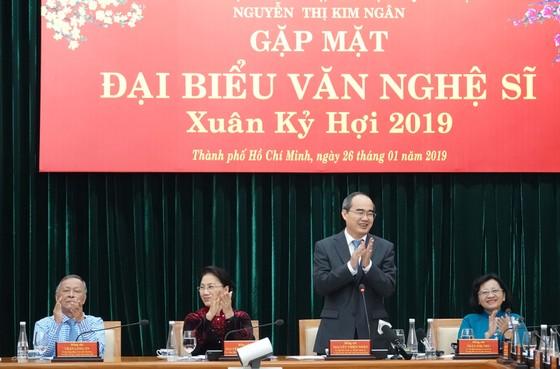 Chủ tịch Quốc hội Nguyễn Thị Kim Ngân gặp gỡ đại biểu văn nghệ sĩ khu vực phía Nam ảnh 4