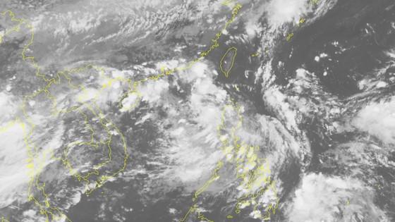 Đêm 31-8 áp thấp nhiệt đới sẽ đi vào biển Đông và có khả năng mạnh thêm ảnh 1