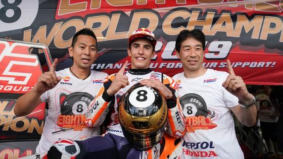Tay đua Marc Marquez của đội Repsol Honda Team bảo toàn ngôi vị đô địch Giải MotoGP ảnh 7