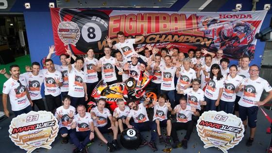 Tay đua Marc Marquez của đội Repsol Honda Team bảo toàn ngôi vị đô địch Giải MotoGP ảnh 6