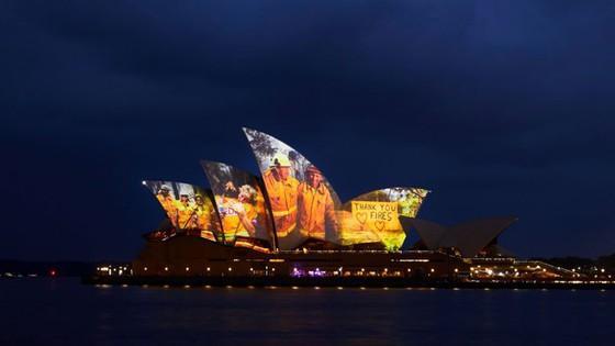 Nhà hát Opera Sydney chiếu sáng những cánh buồm để tưởng nhớ những người lính cứu hỏa ảnh 1