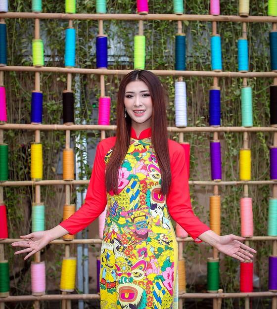 Hoa hậu Du lịch Tường Vy rạng ngời dạo phố ông đồ ảnh 3