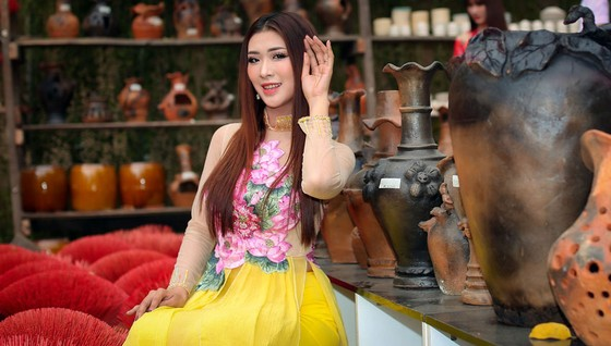 Hoa hậu Du lịch Tường Vy rạng ngời dạo phố ông đồ ảnh 8